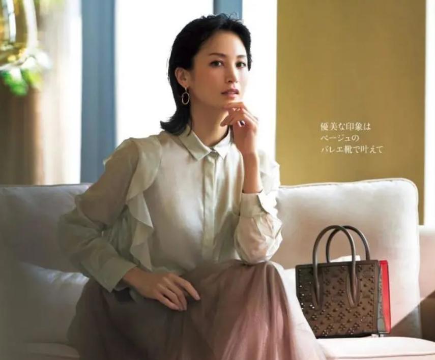 衬衫+迷笛裙,就是永不过时的优雅装扮呀
